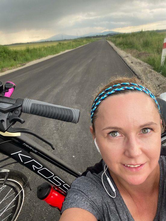 kobieta z rowerem na drodze sejfie